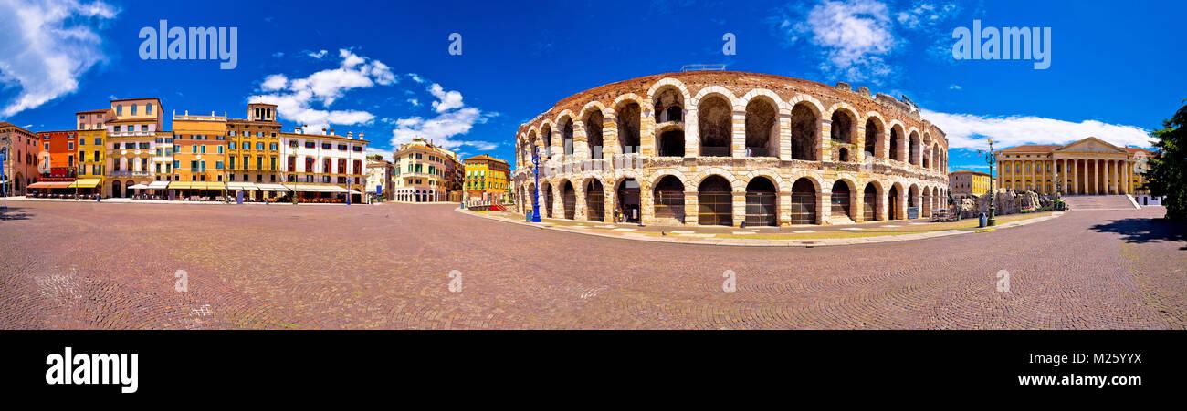 Römischen Amphitheater Arena di Verona und der Piazza Bra square Panoramablick, Sehenswürdigkeiten in Stockbild