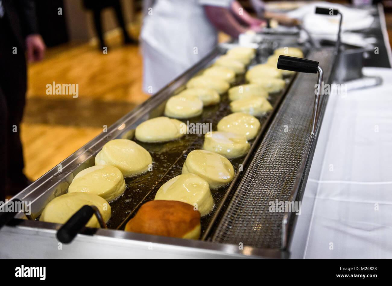 die hausgemachte marmelade donuts in einem professionellen 19 nice buffet k che images. Black Bedroom Furniture Sets. Home Design Ideas