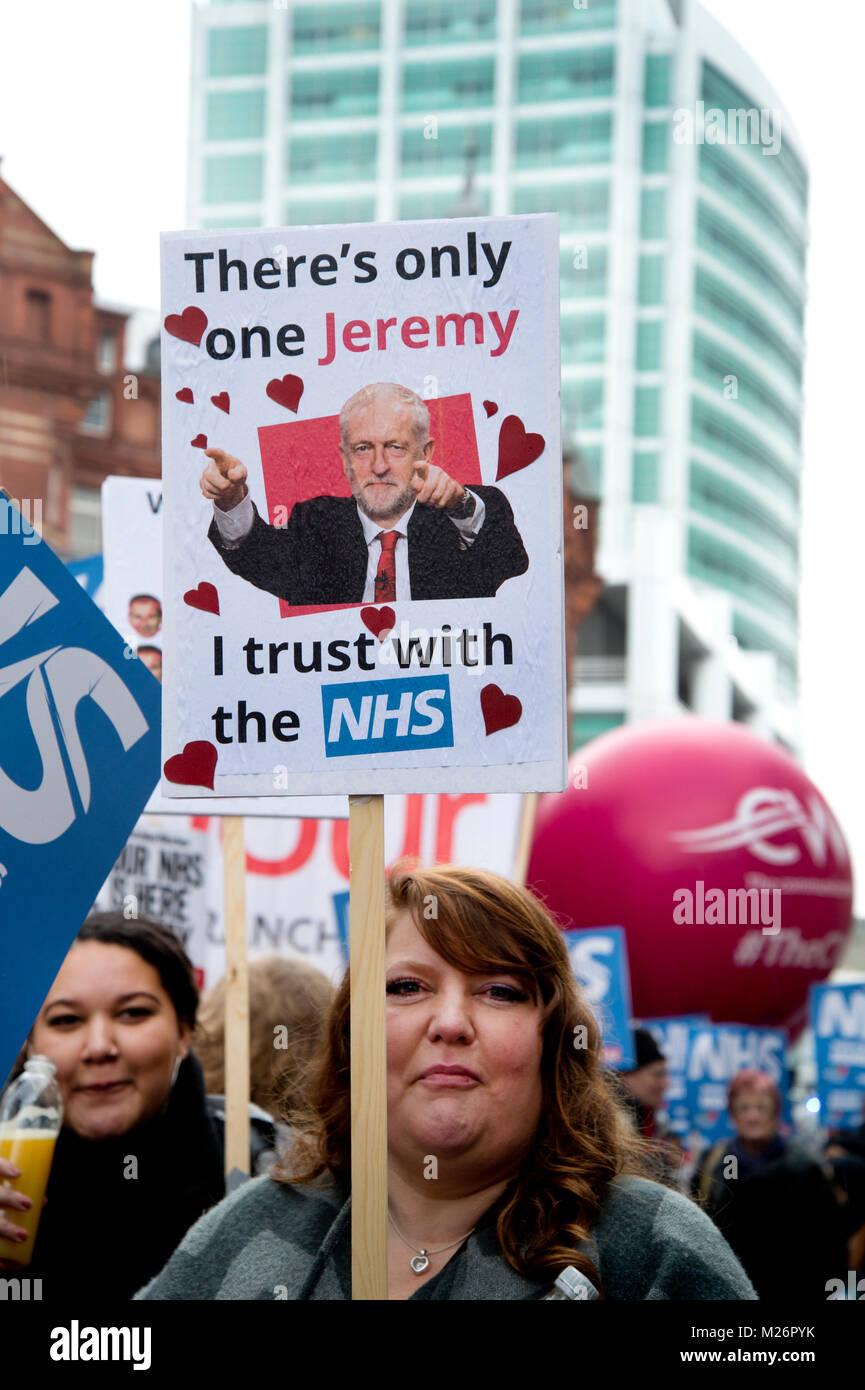 Demonstration von der Volksversammlung zur Unterstützung des NHS (National Health Service} genannt. Eine Frau hält ein Plakat mit einem Foto von Jeremy Corbyn Stockfoto