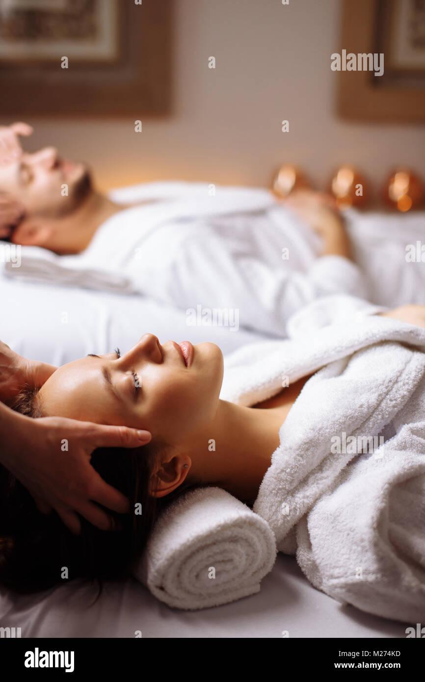 Junges Paar empfangen Kopfmassage bei Beauty-spa Stockbild