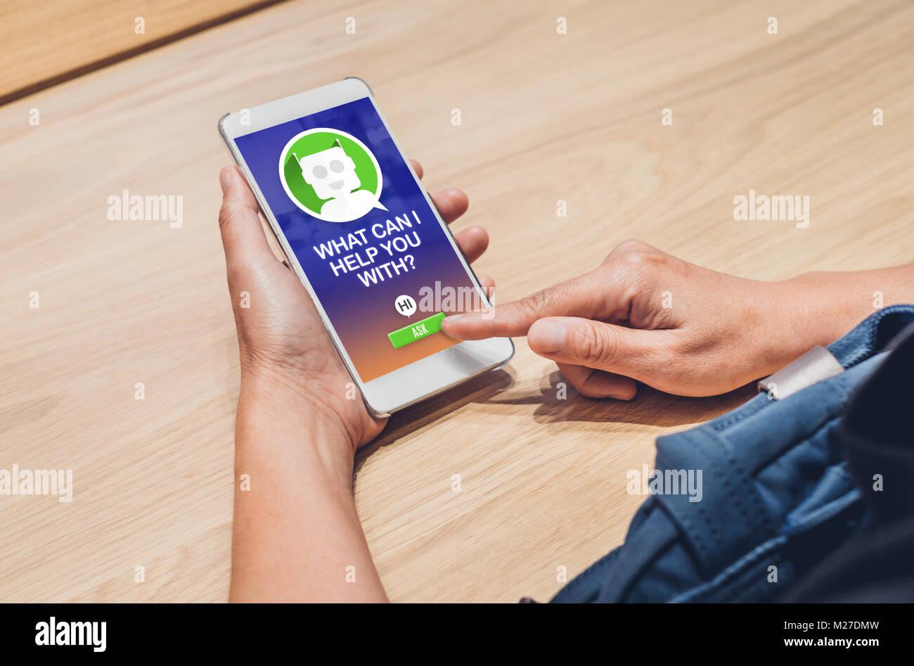 Leute fragen Chat bot Funktion in mobile App. auf der Suche nach Kunde Support online Einkaufen Einkaufen. Digital Stockfoto