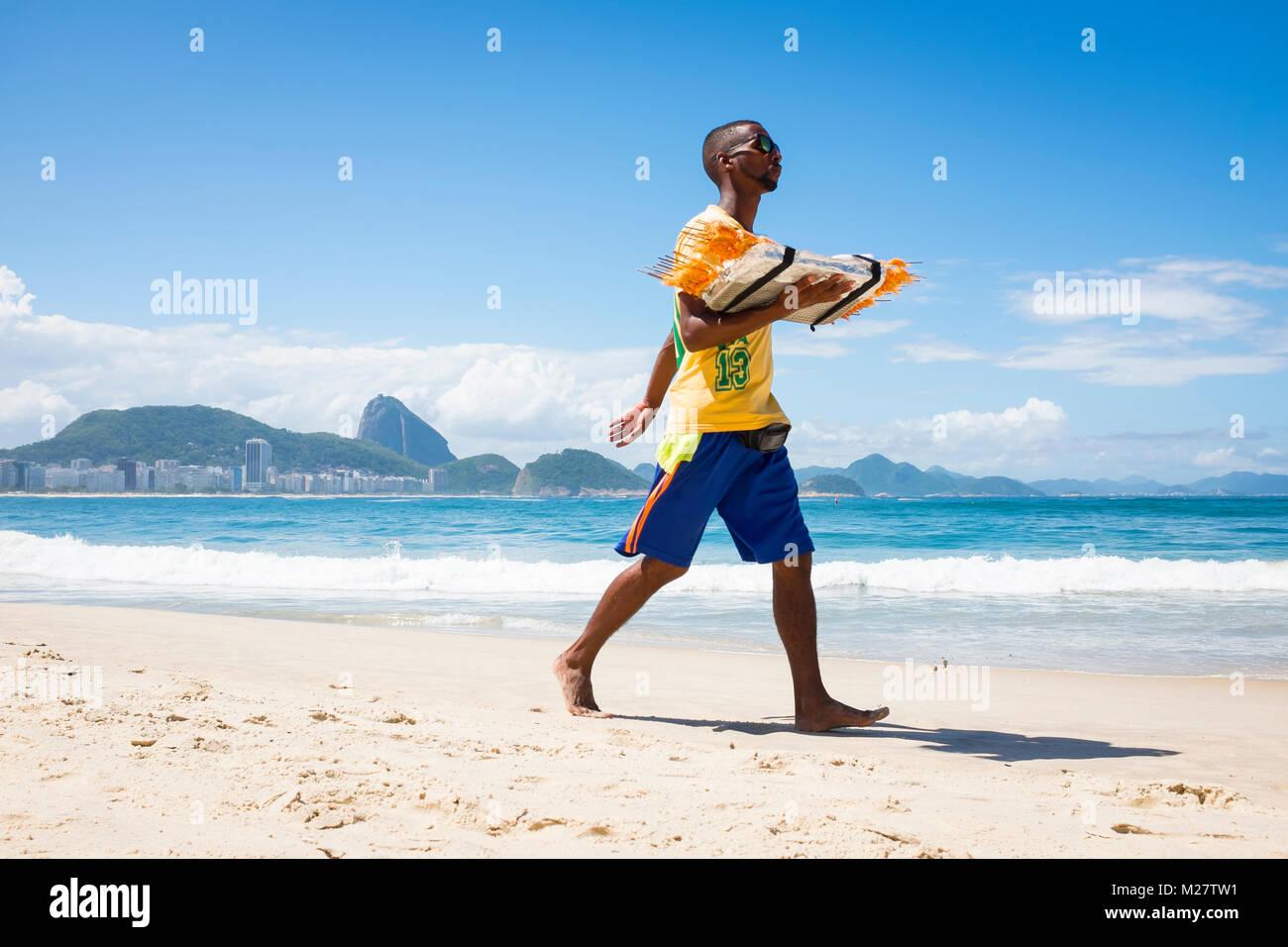 RIO DE JANEIRO - 21. MÄRZ 2017: brasilianischen Strand Anbieter Spaziergang entlang der Copacabana Verkauf gegrillte Stockfoto