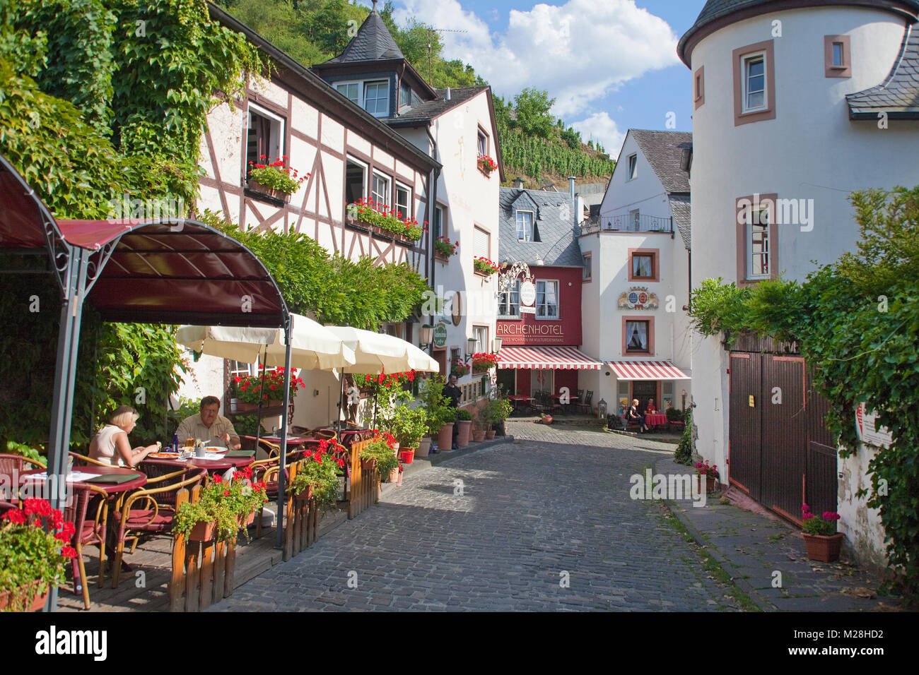 Weinstube in einer Gasse von Bernkastel-Kues, Mosel, Rheinland-Pfalz, Deutschland, Europa Stockbild
