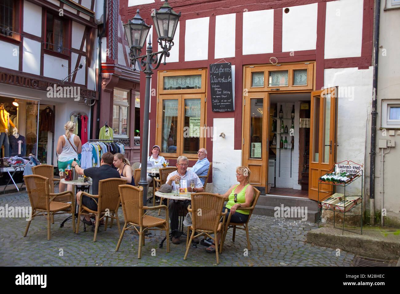 Außerhalb der Gastronomie in einer Gasse von Bernkastel-Kues, Mosel, Rheinland-Pfalz, Deutschland, Europa Stockbild