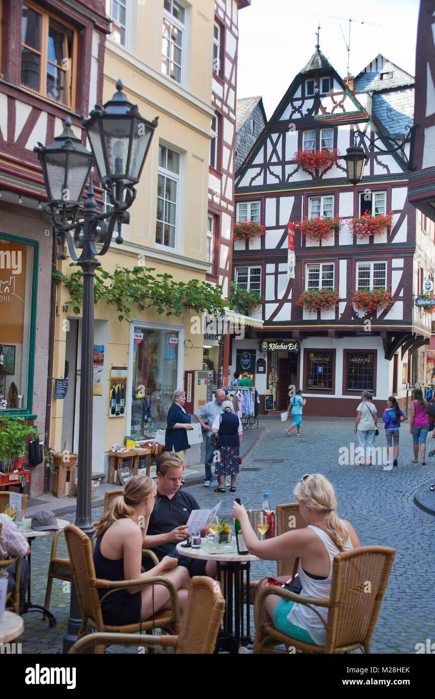 Außerhalb der Gastronomie in einer Gasse von Bernkaste-Kues, Mosel, Rheinland-Pfalz, Deutschland, Europa Stockbild