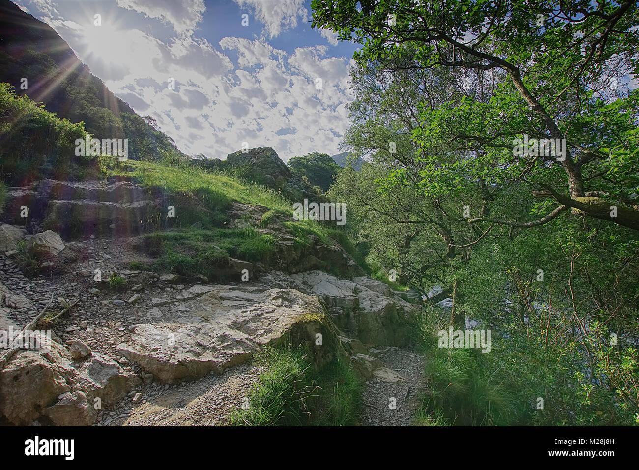 Pfad um buttermere See im Nationalpark Lake District, Cumbria, Vereinigtes Königreich, Frühling. Landschaft Stockbild