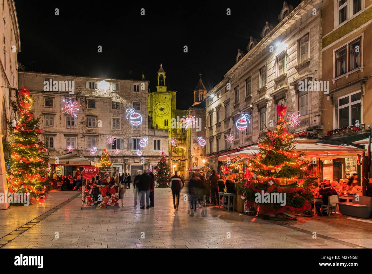 Weihnachtsbeleuchtung und Dekoration in Narodni Trg Platz, Split, Dalmatien, Kroatien Stockbild