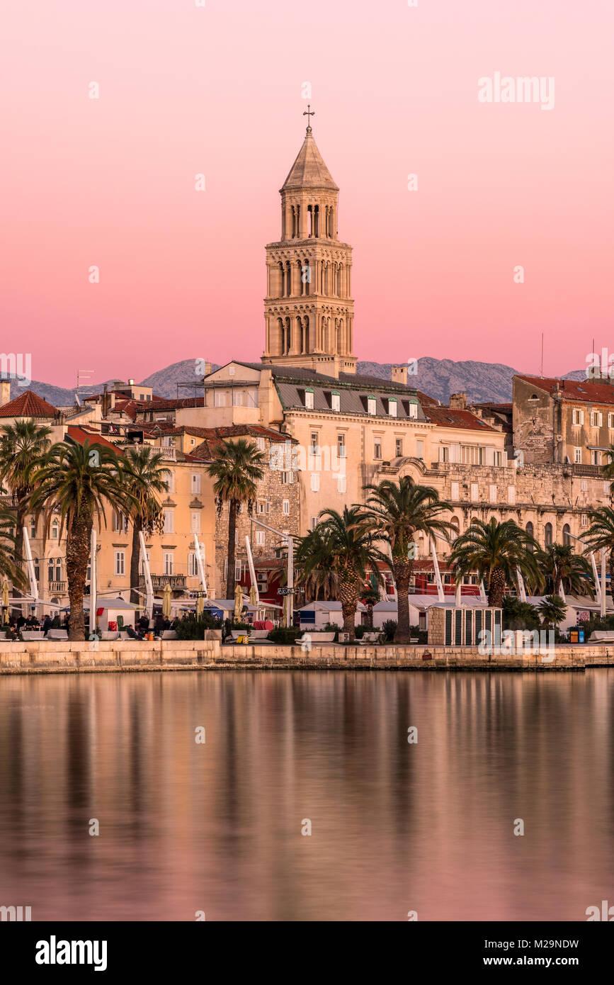 Waterfront mit Kathedrale des Heiligen Domnius im Hintergrund bei Sonnenuntergang, Split, Dalmatien, Kroatien Stockbild