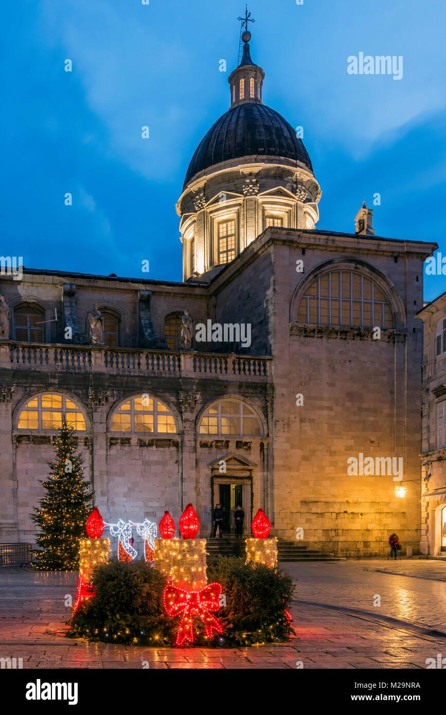 Kathedrale der Himmelfahrt der Jungfrau Maria geschmückt mit Weihnachtsbeleuchtung und Weihnachtsbaum, Dubrovnik, Stockbild