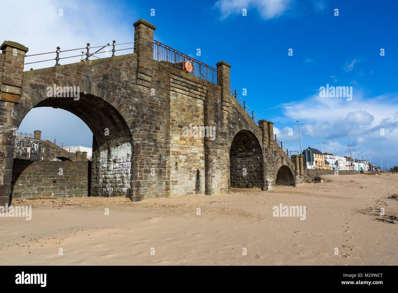 Bleibt der Slip-Brücke an der Swansea Strand Meer Stockbild