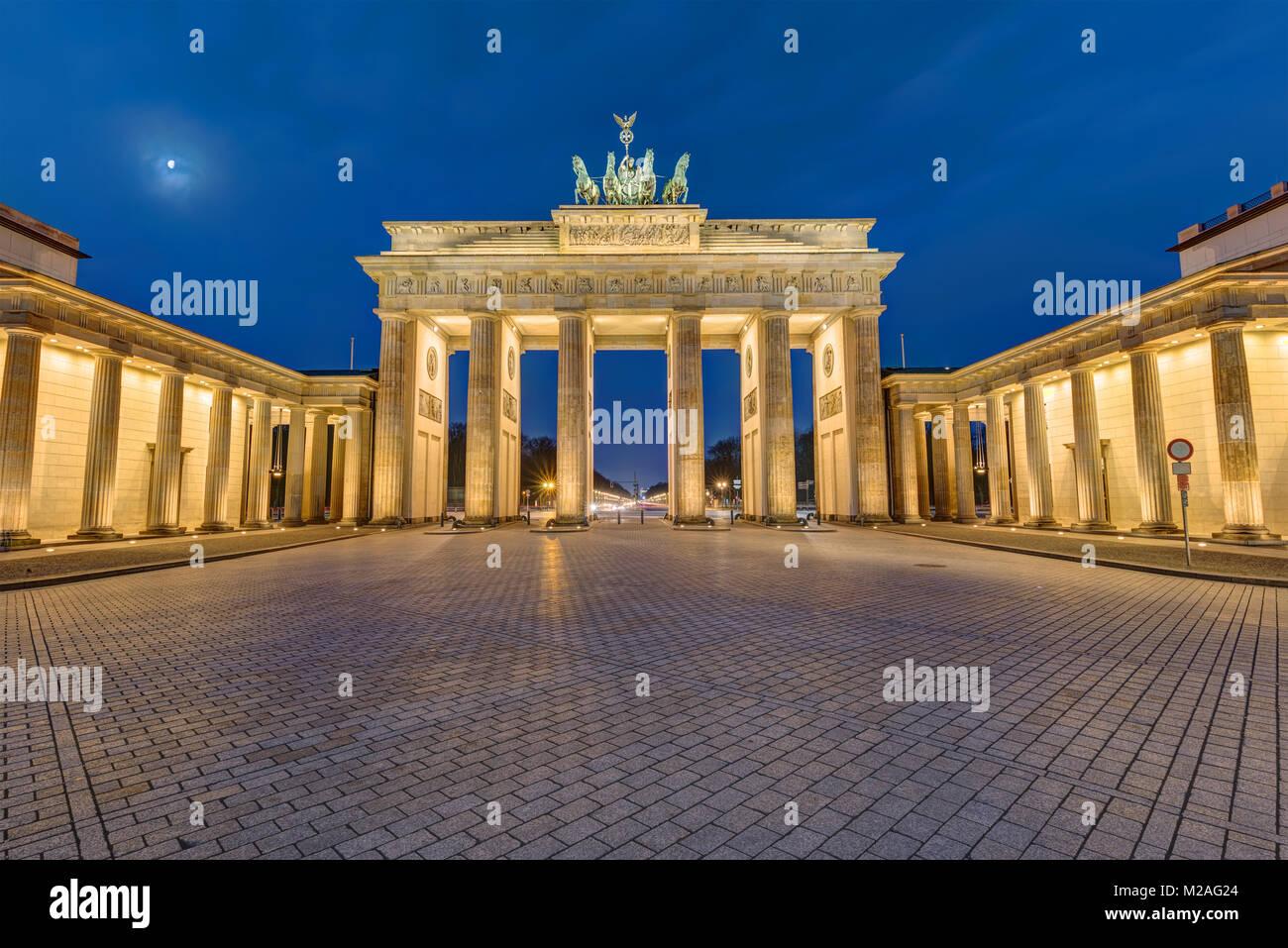 Das Brandenburger Tor in Berlin beleuchtet im Morgengrauen Stockbild