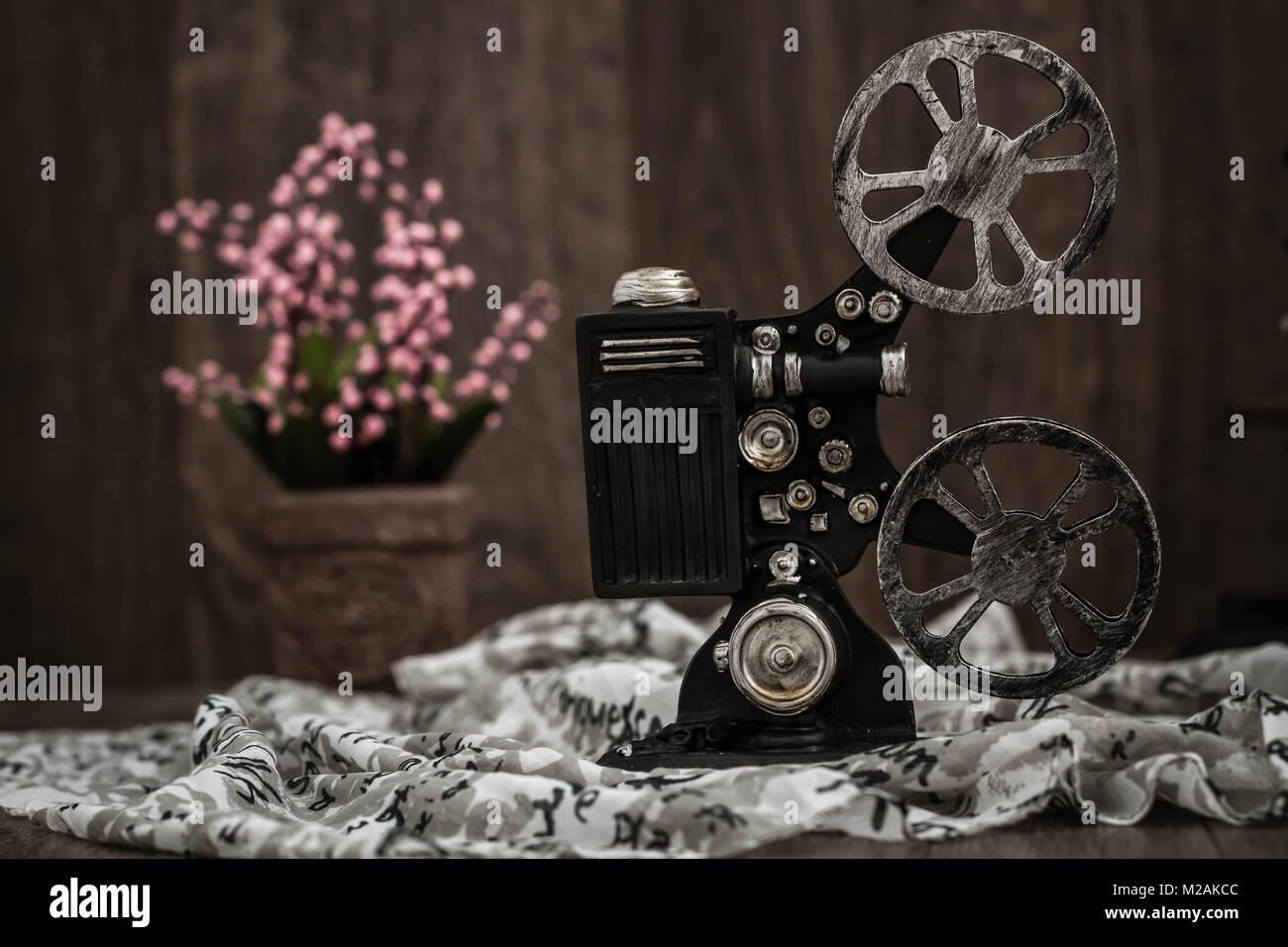 Kleine dekorative nostalgische Filmkamera auf braunem Holz Hintergrund Stockbild