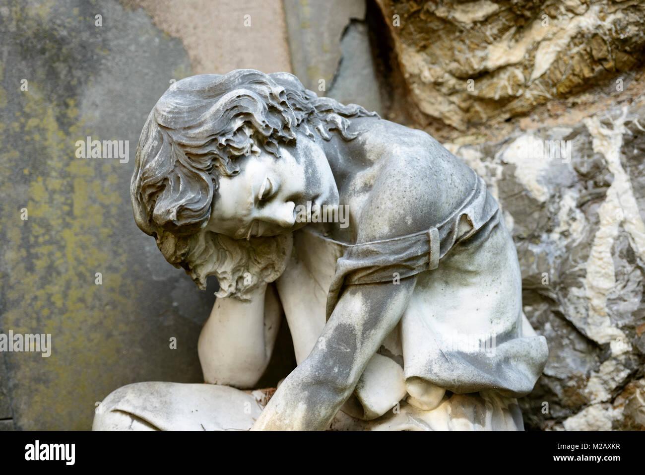 Stein Skulptur von leidenden Frau zu historischen monumentale Friedhof Staglieno in der Stadt, im Winter Licht in Stockbild