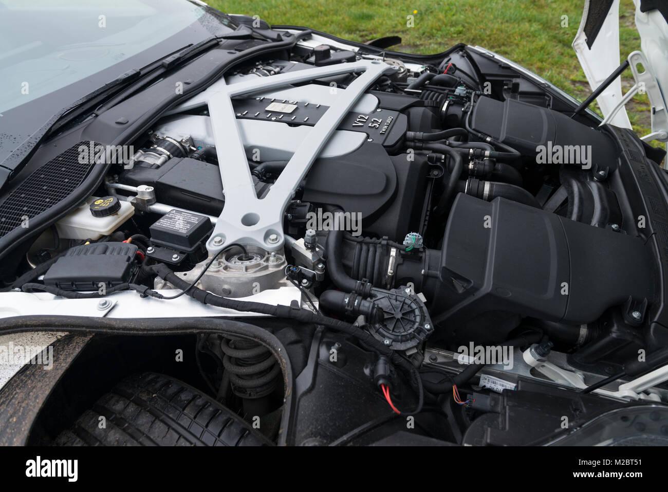 die 5,2-liter-v12-motor unter der haube eines aston martin db11