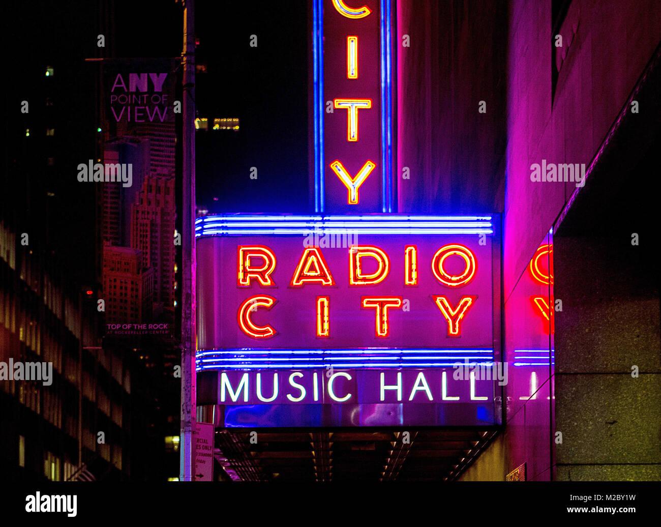 Außerhalb Neonlichter der Radio City Music Hall in New York, USA, Stockbild