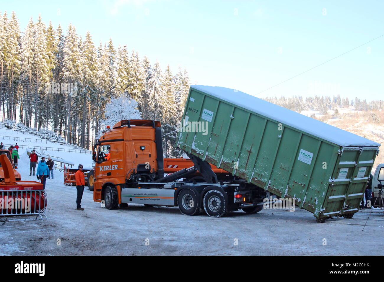 Vor zahlreichen Schaulustigen wurde am Samstag (30.11.2013) im Schmiedsbachtal der Hochfirstschanze der Schwarzwaldgletscher von Titisee-Neustadt geöffnet. Mit dem Schnee vom vergangenen Winter, der unter Styroporplatten, Sägemehl und Plastikfolien übersommert hat, wird jetzt sterben Hochfirstschanze mit Schnee belegt. Dort werden vom 13. bis 15. November 2012 wieder zwei FIS-Weltcup-Skispringen ausgetragen. Der zehn Meter hohe und 65 Meter lange Schneeberg umfasst etwa 7.000 Kubikmeter. Stockfoto
