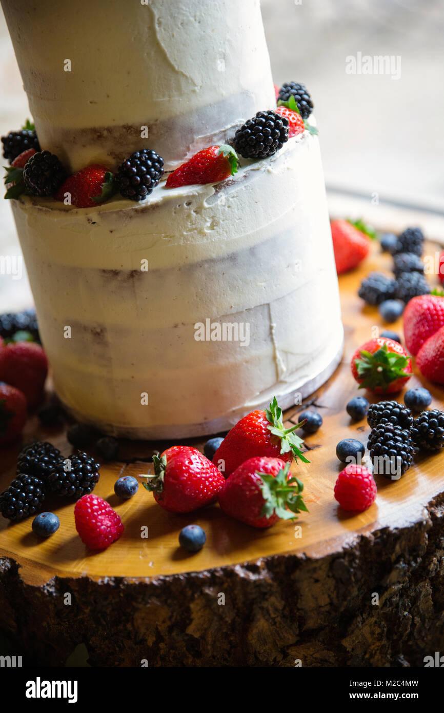 Frisches Obst bei mehrstufigen Feier Kuchen, close-up Stockbild