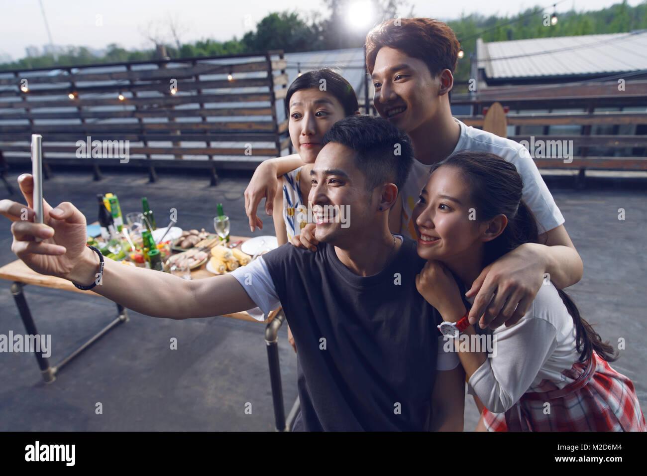Junge Menschen nehmen Bilder mit ihren Handys Stockbild