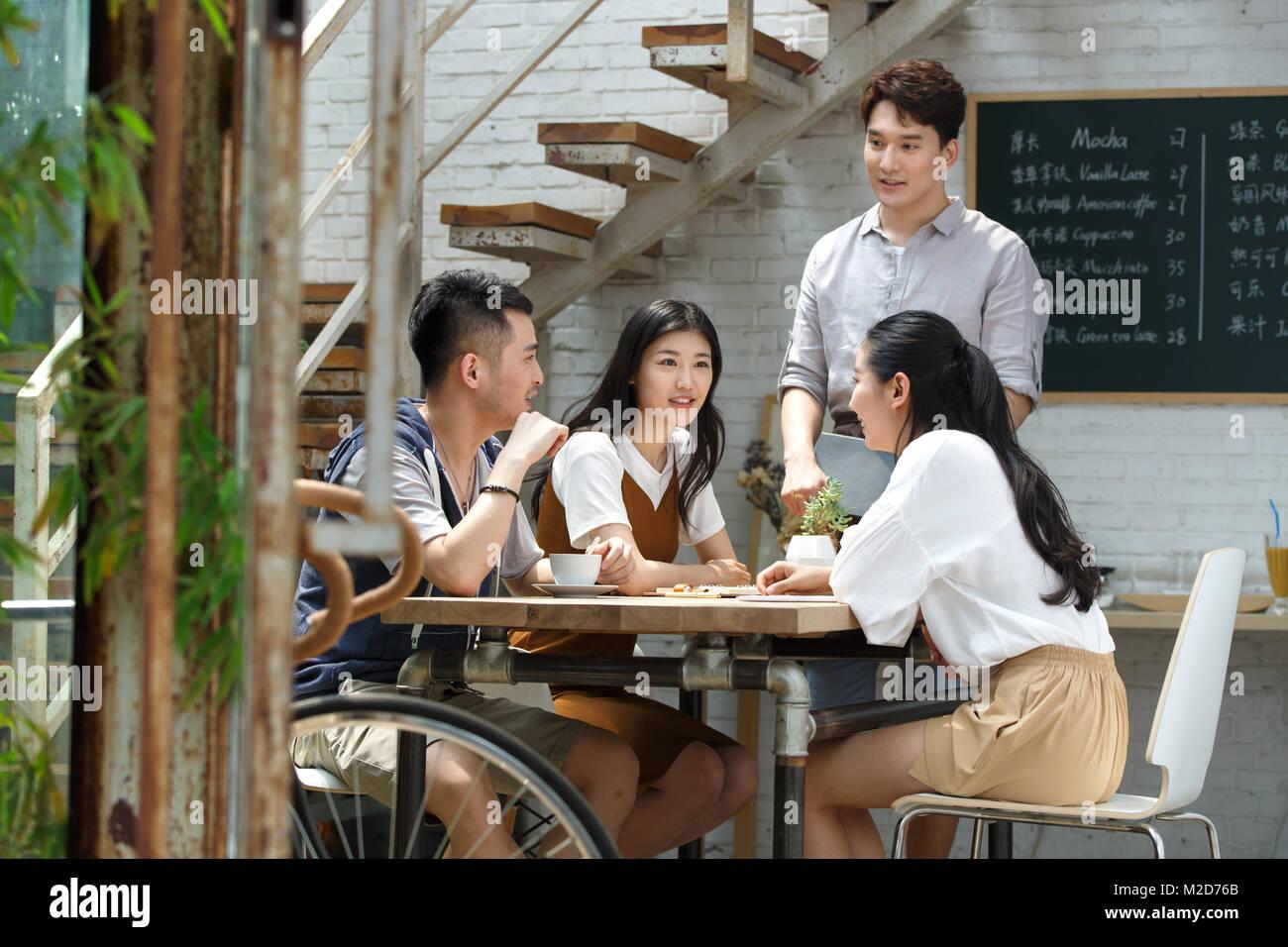 Jugendliche trinken Kaffee Stockbild