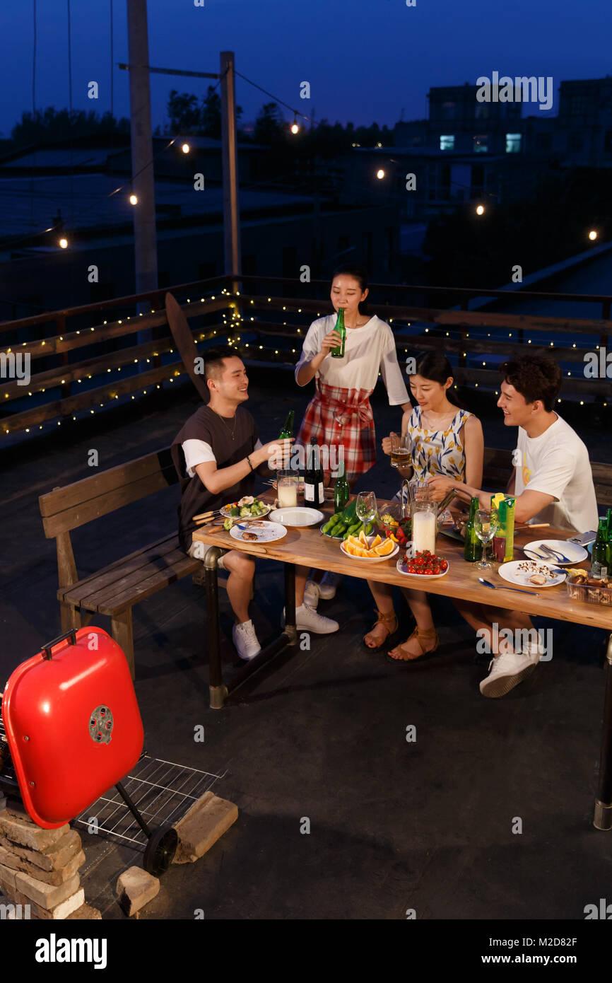 Die jungen Leute haben ein Picknick Stockbild