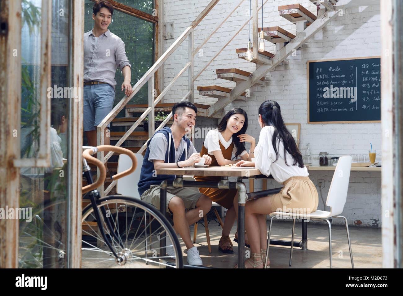 Ein junger Mann in einem Café Stockbild