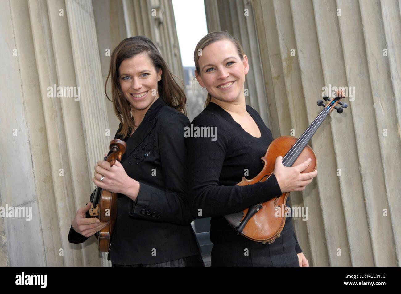 Iris Siegfried und Angelika Bachmann (v. li.) vom Quartett Salut Salon bei einem Promotiontermin in Hannover am Stockbild