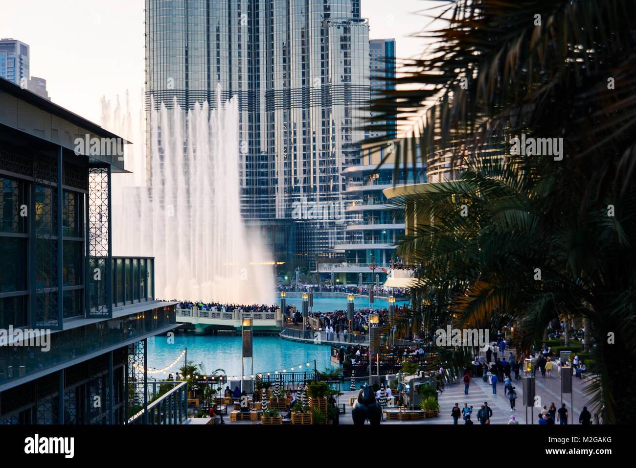DUBAI, VEREINIGTE ARABISCHE EMIRATE - Februar 5, 2018: Menschenmenge versammelt sich um die Dubai Mall Brunnen auf Stockbild