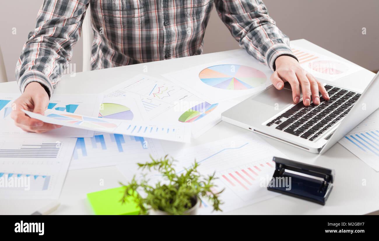 Geschäftsmann mit einem Stift wird die Arbeit mit Graphen Dokumente. Börse chart und Schuldzuweisungen Stockbild