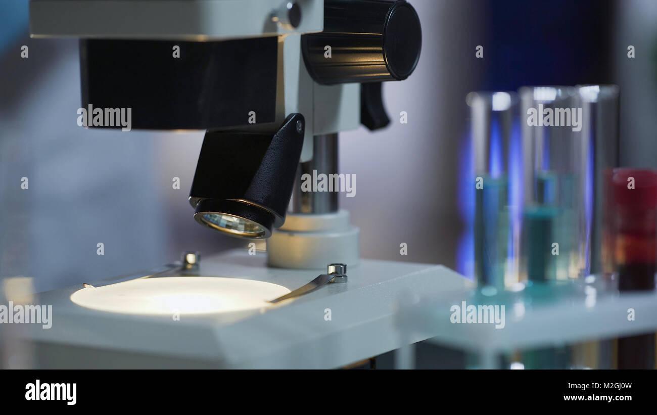 Nahaufnahme des sauberen arbeitsfläche von mikroskop bereit für
