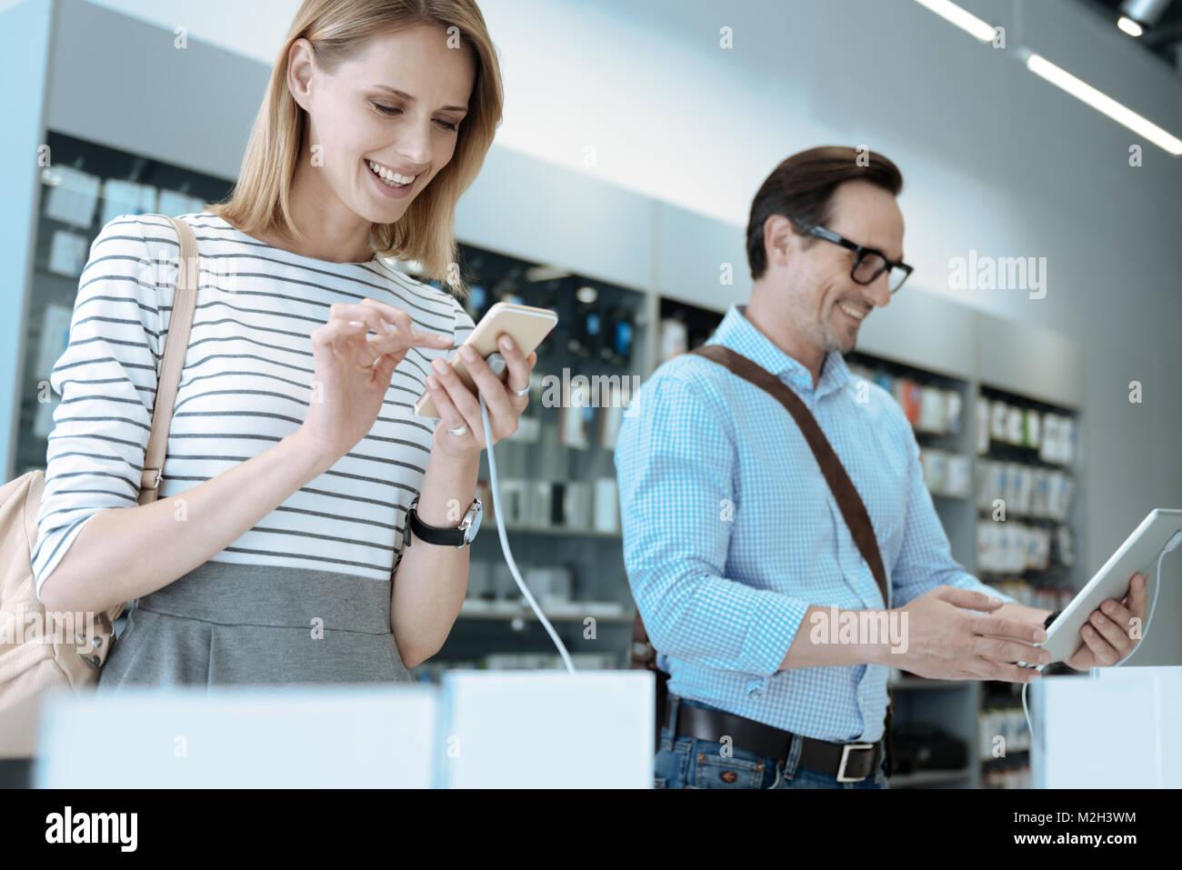Positive freuen Paar testen neues Gadget Stockbild
