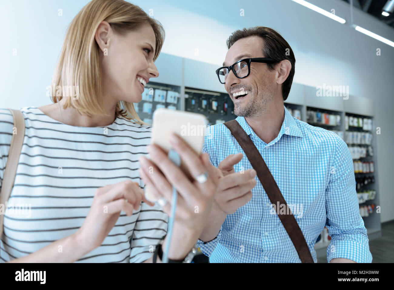 Fröhliche Menschen miteinander lachen Stockbild