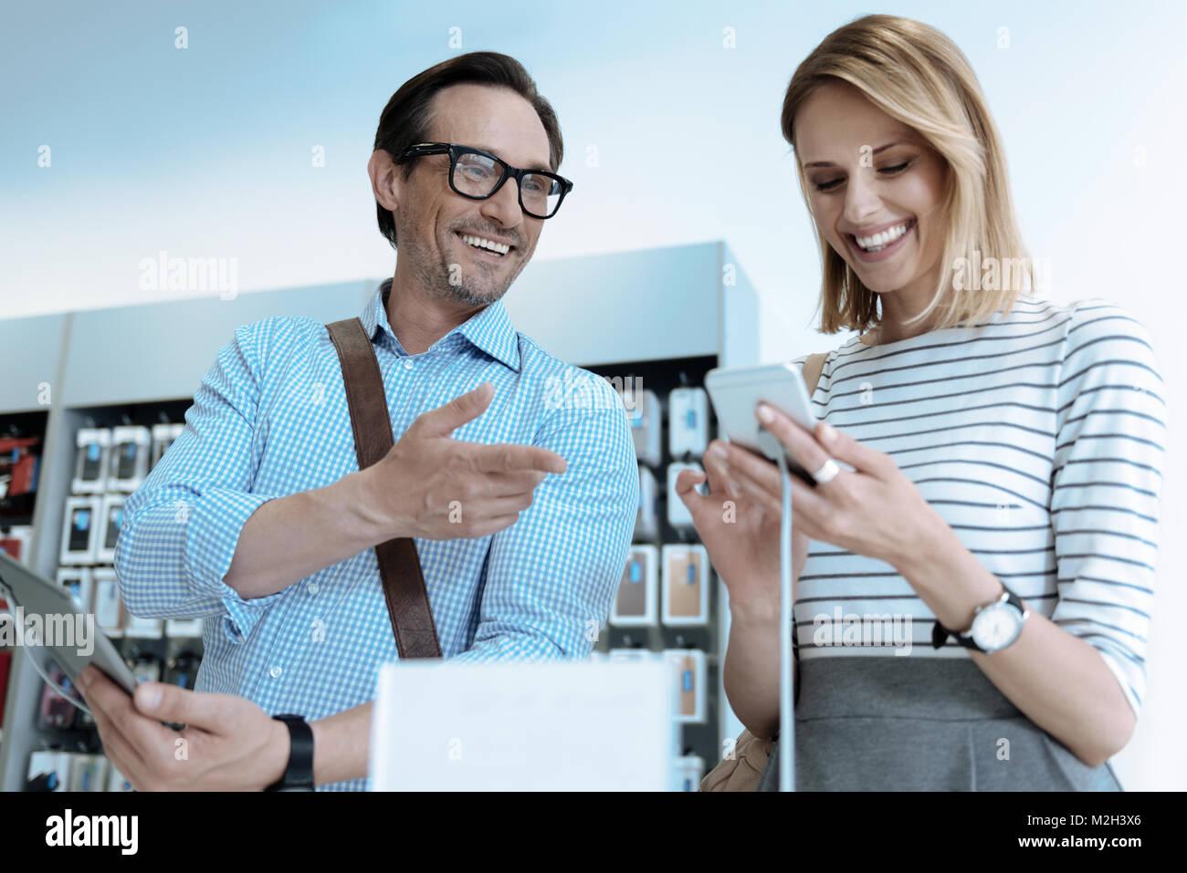 Mann im Gespräch mit seinem besten Freund begeistert Stockbild