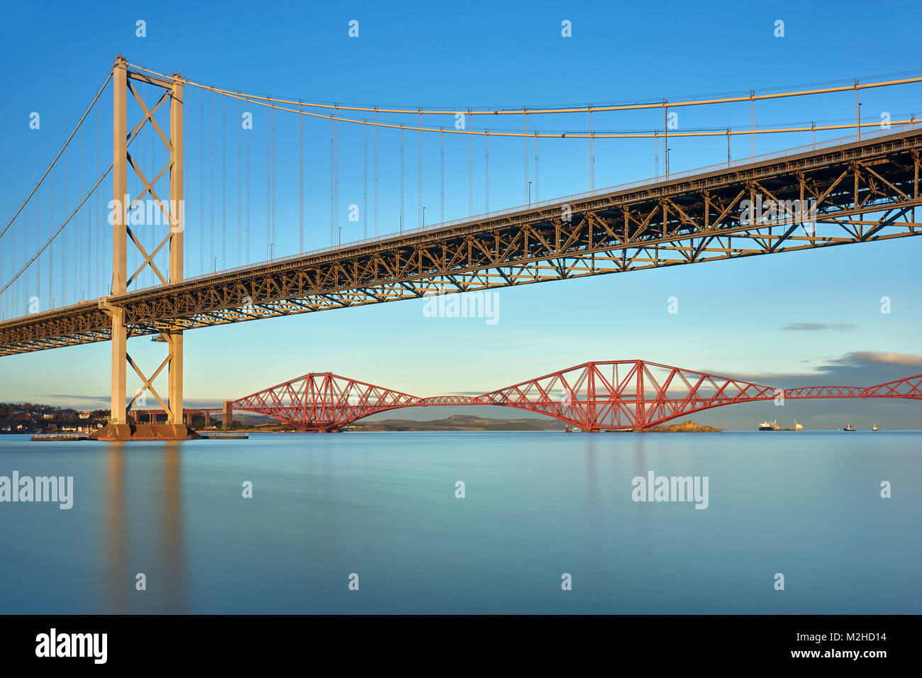 Forth Road Bridge und die Forth Rail Bridge von Port Edgar, South Queensferry, Edinburgh, Schottland Stockfoto