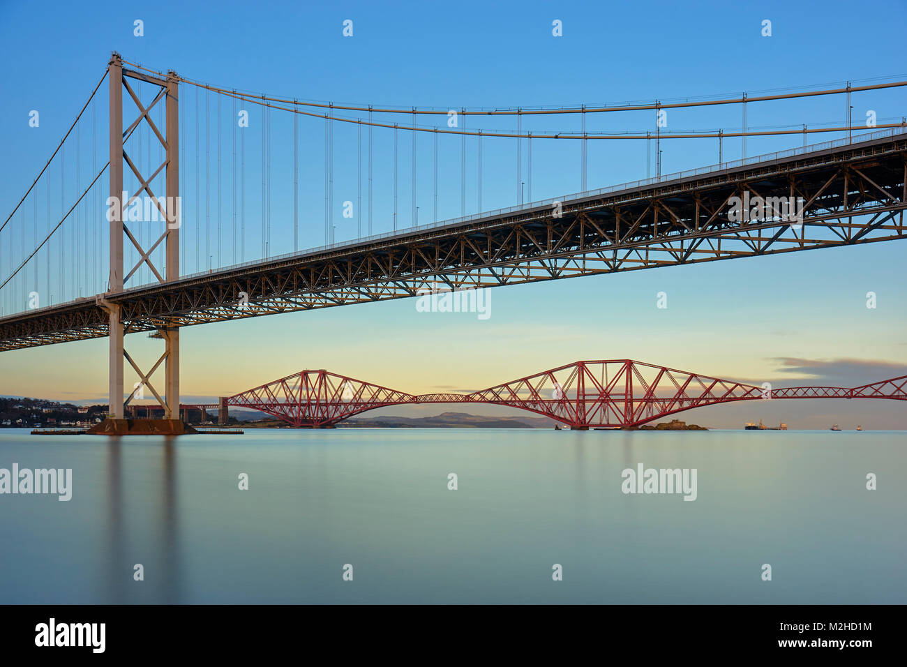 Forth Road Bridge und die Forth Rail Bridge von Port Edgar, South Queensferry, Edinburgh, Schottland Stockbild