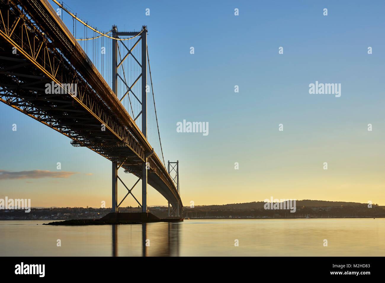 Forth Road Bridge von North Queensferry, Fife, Schottland. Stockbild