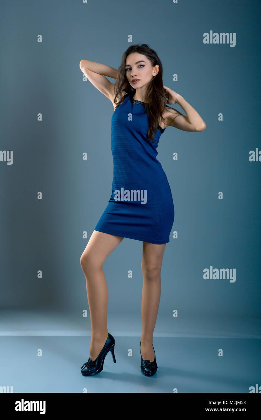 Frau Im Blauen Kleid High Heel Schuhe Voller Korper Lange Auf Blau Grau Hinterlegt Modell Test Stockfotografie Alamy