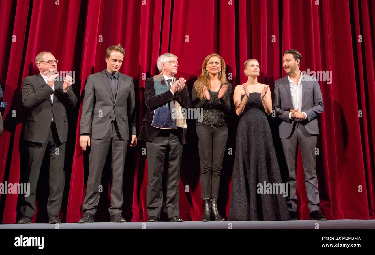 Burghart Klaußner, August Diehl, Tom Courtenay, Lena Olin, Mélanie Laurent und Jack Huston bei der Premiere Stockbild
