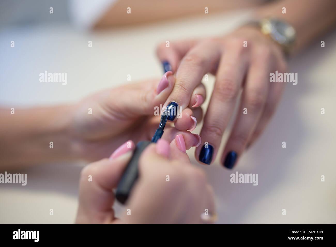 Hände von qualifizierten Maniküre Feilen der Nägel von Frau Client ...