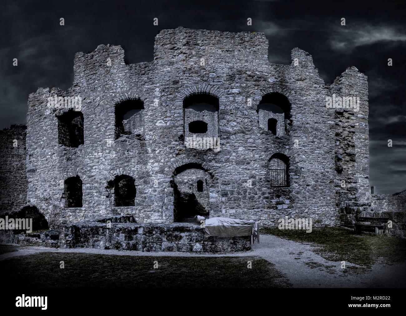 [M] CGI, 3-D, Computer Graphics von einem toten Körper vor der Burgruine Stockbild