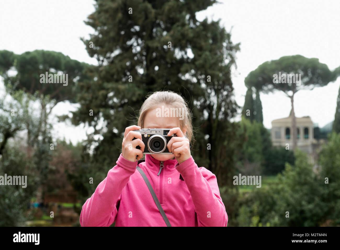 Ein junges Mädchen, das Aufnehmen von Fotos Stockbild