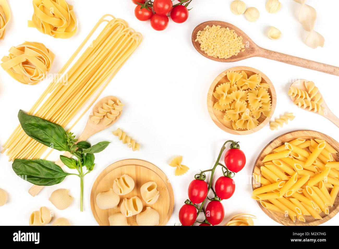 Overhead Foto von verschiedenen Arten von Pasta auf Weiß, bilden Rahmen Stockbild