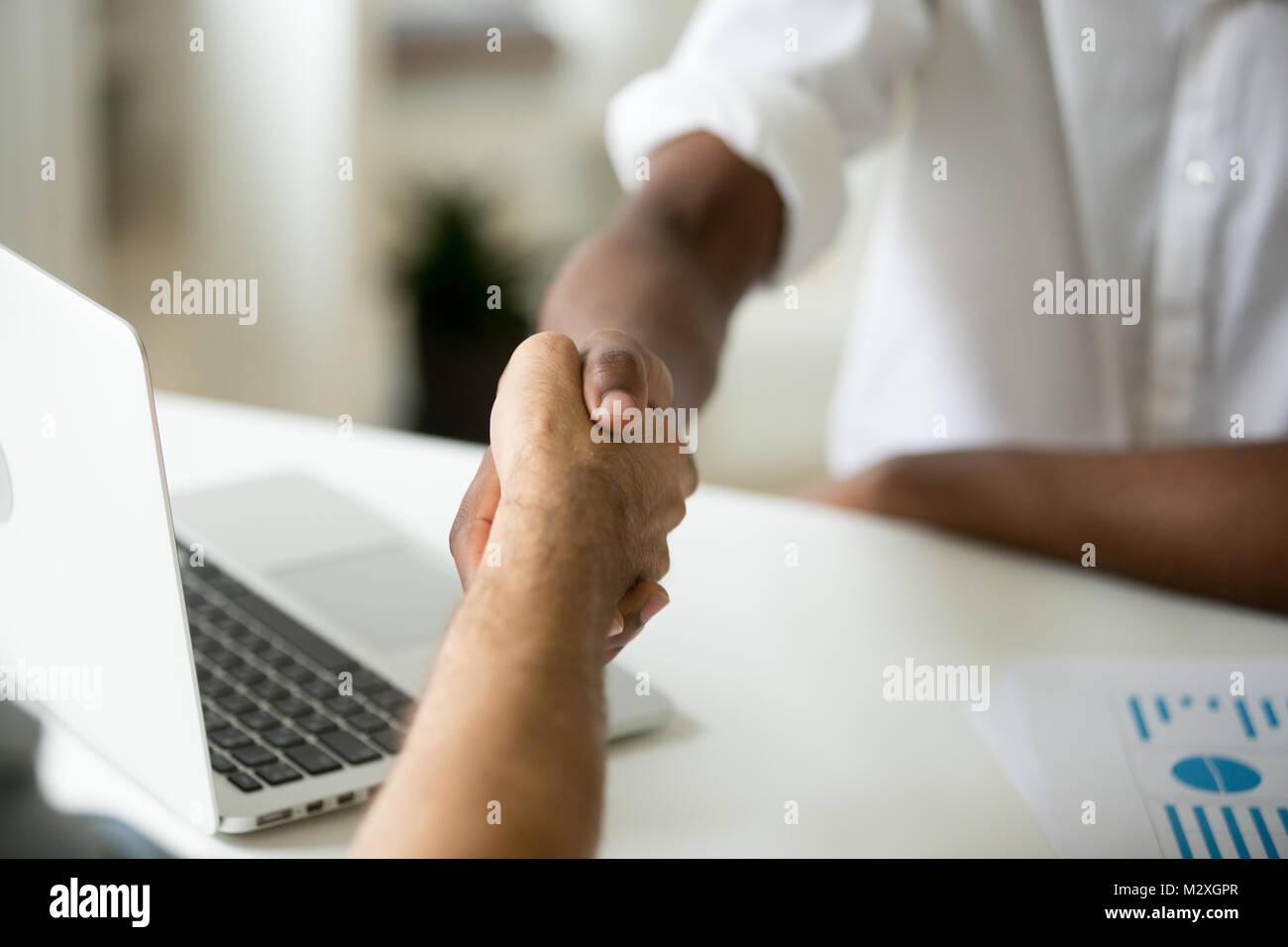 Multirassischen Business Handshake Konzept, African American Und  Kaukasische Partner Händeschütteln über Stockbild