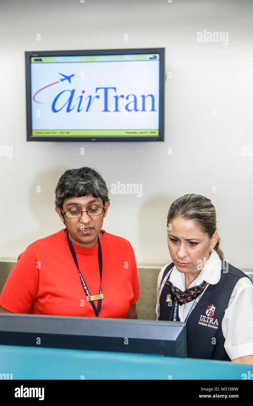 Miami Florida Miami Miami International Flughafen AirTran Ticket Counter Agent job Hispanic asiatische Frau Kundenservice Stockbild