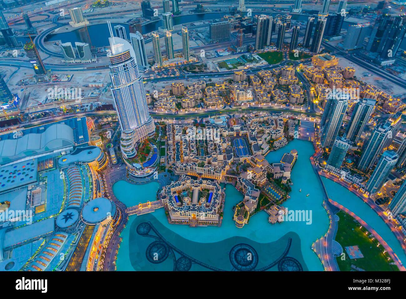 Luftaufnahme von Downtown Dubai am Sonnenuntergang Stockbild