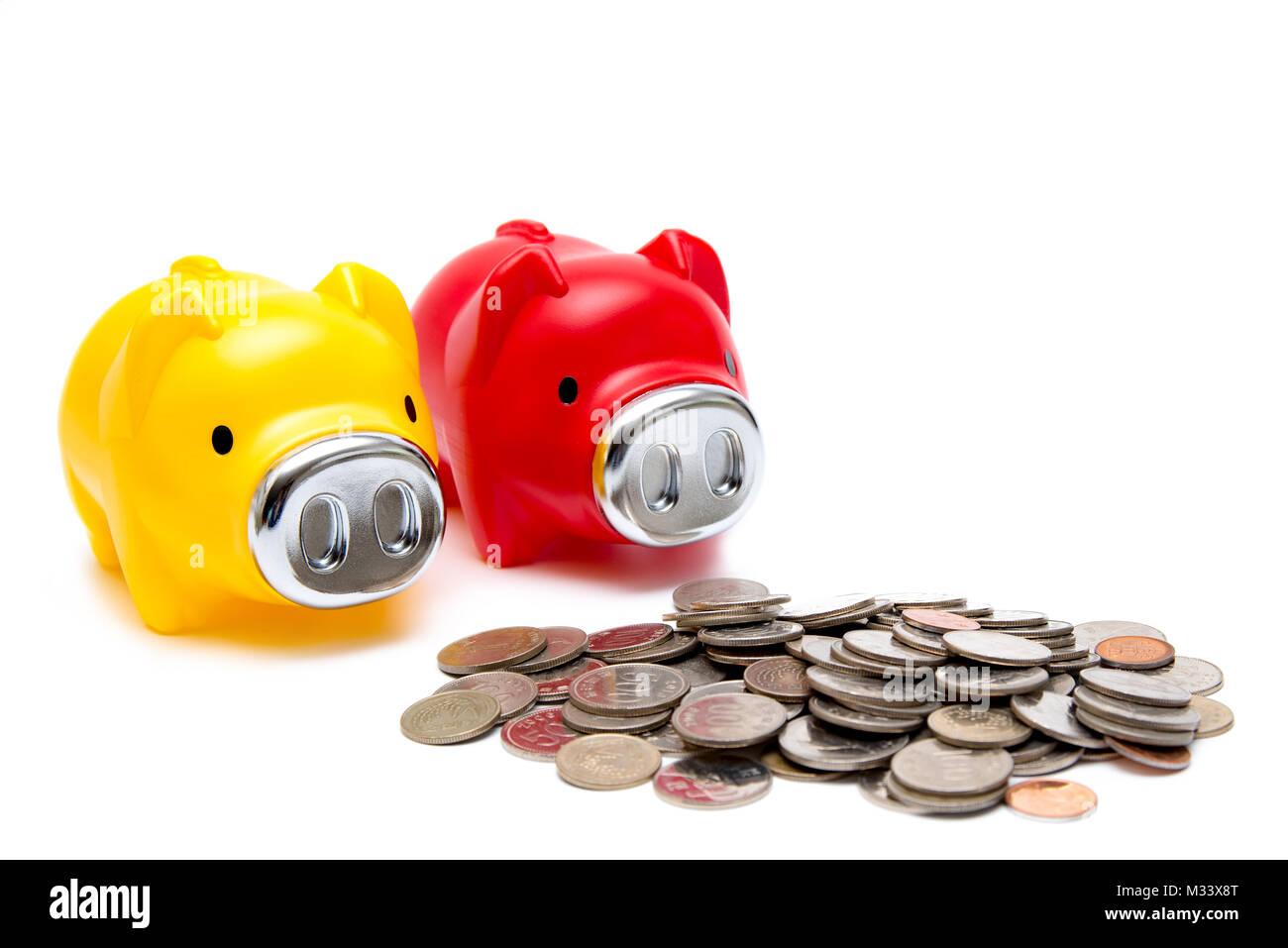 Münzen und Spardosen, wirtschaftliche Konzepte. Isoliert. Stockfoto