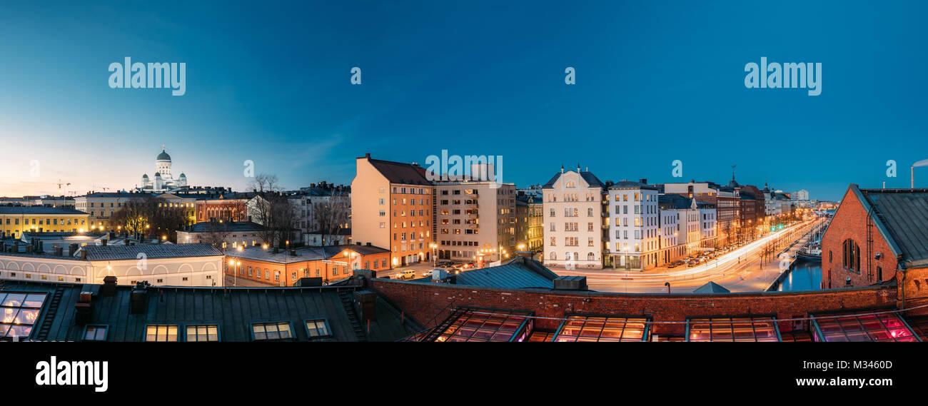 Helsinki, Finnland. Panoramablick auf die Kathedrale von Helsinki, Pohjoisranta Street und renovierten alten Gebäude Stockbild