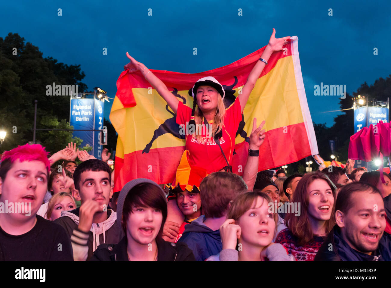 Laut jubelnde Fußballfans beim Sieg von Spanien gegen Italien an der Fanmeile zur Europameisterschaft 2012 am Brandenburger Tor in Berlin. Stockfoto