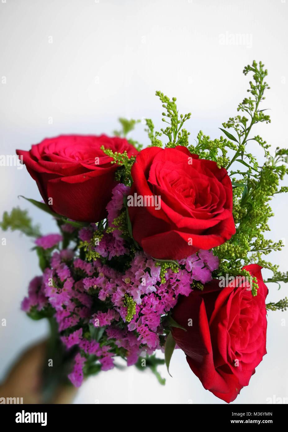 rote rosen strauss auf holz hintergrund konzept der valentinstag geburtstag muttertag liebe. Black Bedroom Furniture Sets. Home Design Ideas