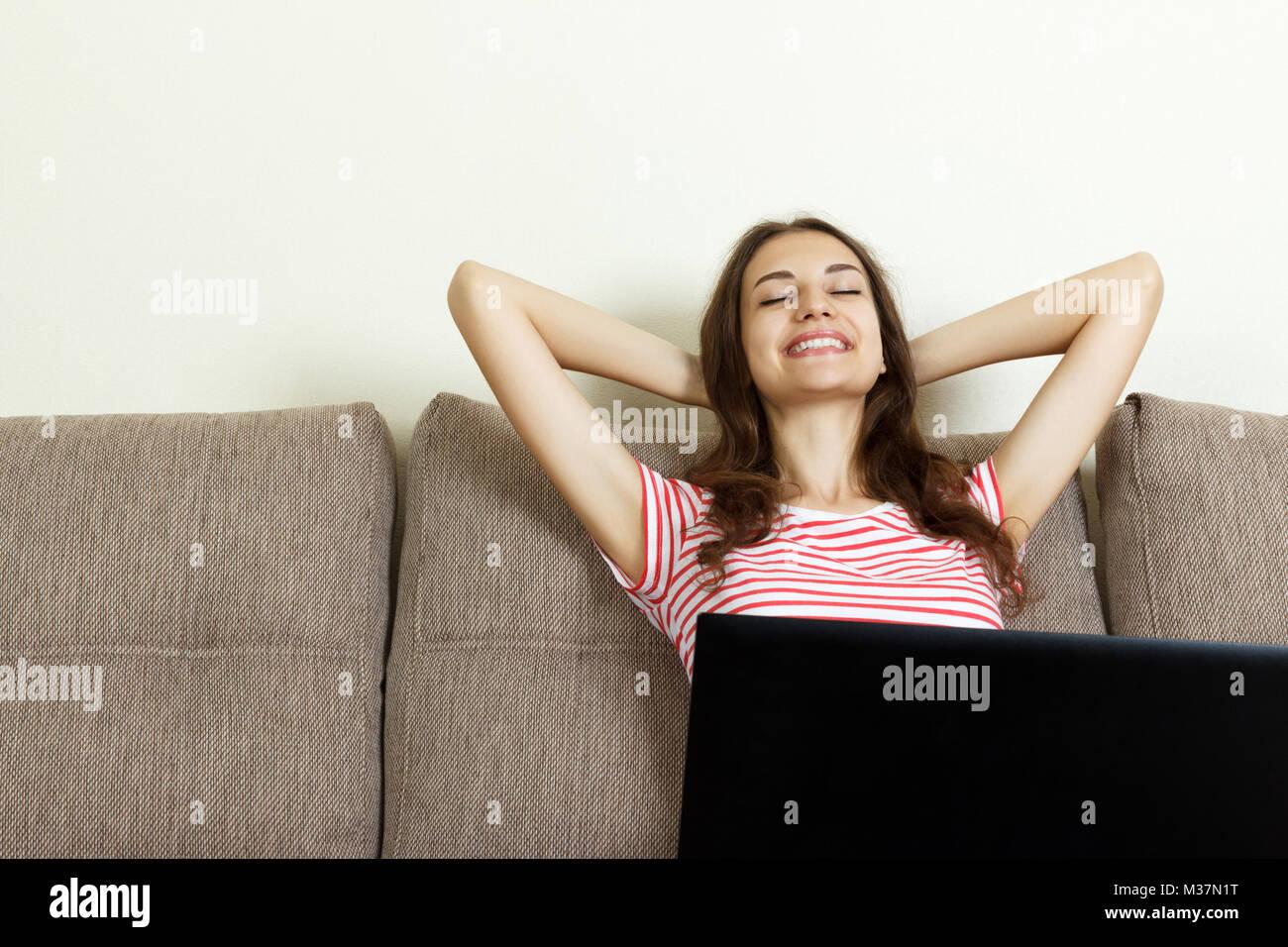 Asiatische Mädchen entspannt zu Hause mit dem Laptop. Stockfoto
