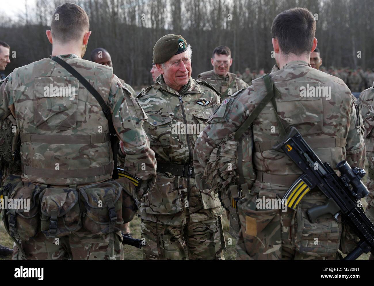 Der Prinz von Wales spricht mit Truppen während einer Übung während eines Besuchs in der ersten Bataillon der Mercian Regiment zu 10 Jahre als Oberst und 40 Jahre seit dem Werden Oberst-in-chief des Cheshire Regiment markieren. Stockfoto